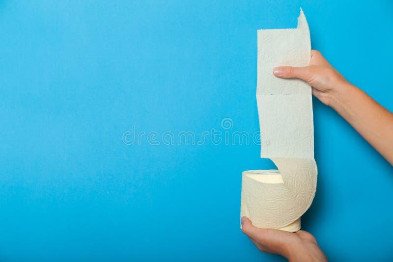 Zacht toiletpapierbroodje, diarreeconcept royalty-vrije stock fotografie