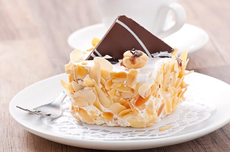 Zachte amandelcake met slagroom en chocolade royalty-vrije stock afbeelding