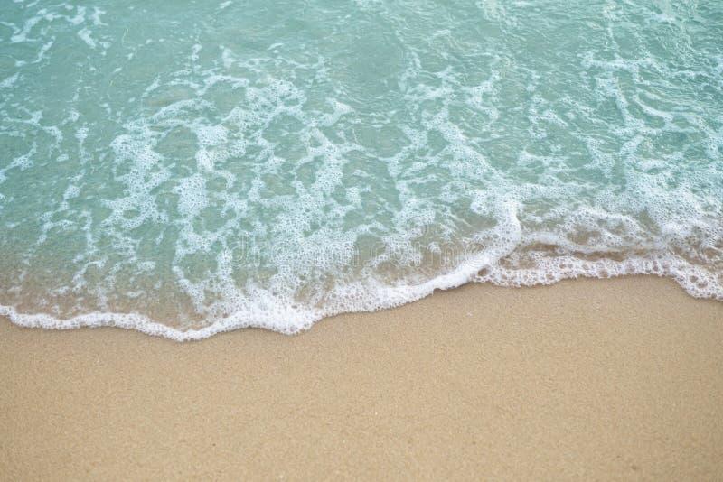 Zachte blauwe oceaangolf op duidelijk zandig strand royalty-vrije stock foto