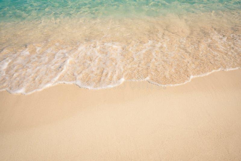 Zachte Blauwe Oceaangolf op Sandy Beach stock foto's