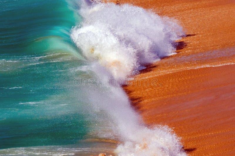 Zachte Blauwe Oceaangolf op Sandy Beach Achtergrond stock afbeeldingen