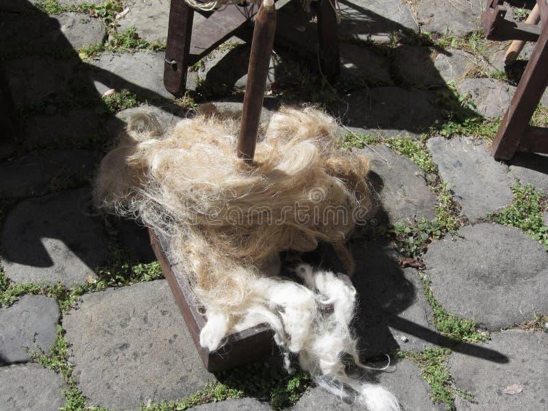 Zachte broodjes van de wol geroepen zwerven of rolags voor het spinnen in garen royalty-vrije stock foto
