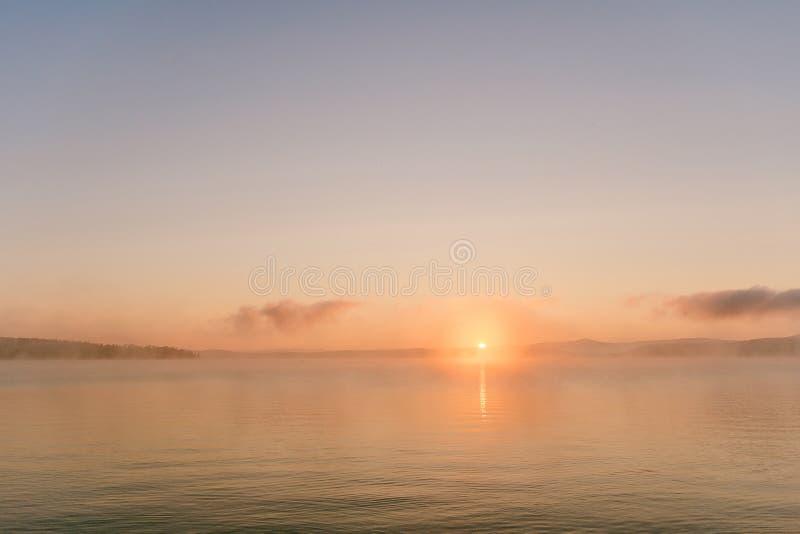 Zachte dageraad, perzikdageraad, rustige ochtend, ochtenddageraad, kalmte, stilte, horizon, mistige ochtend royalty-vrije stock foto