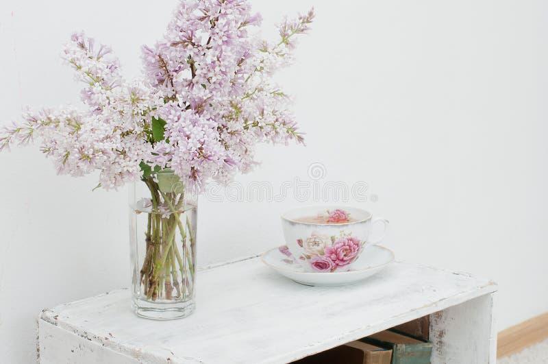 Zachte de lenteboeket en thee stock foto