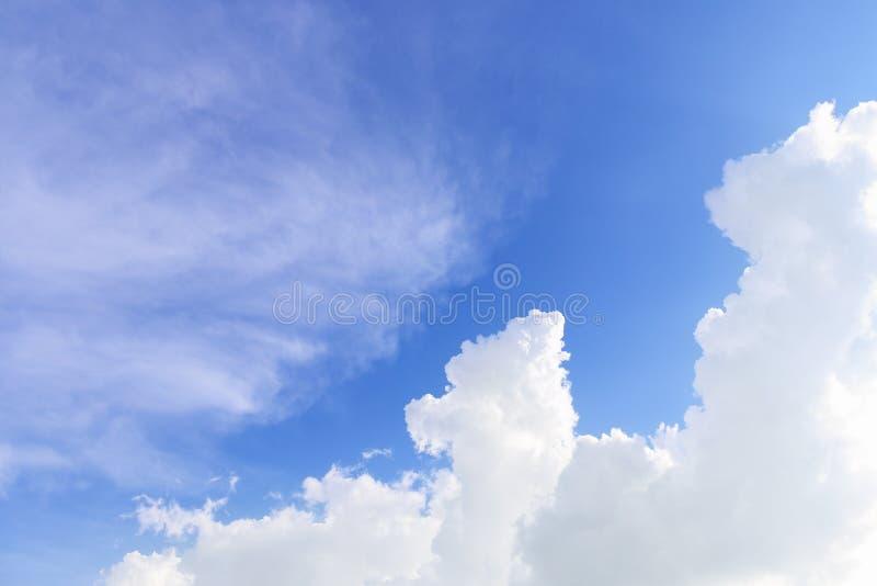 zachte en reusachtige wolken op blauwe hemel stock fotografie