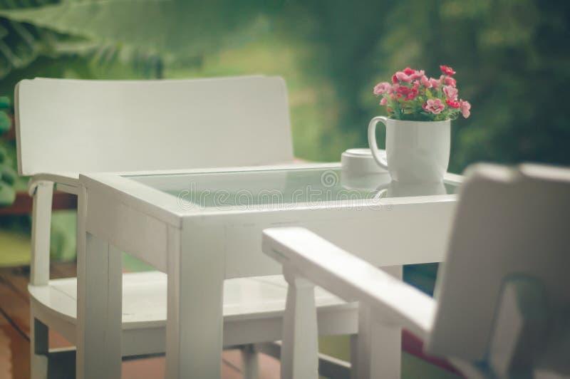 Zachte geconcentreerde geplaatste koffietafel en stoelen, bevallige zachte stemming royalty-vrije stock foto's