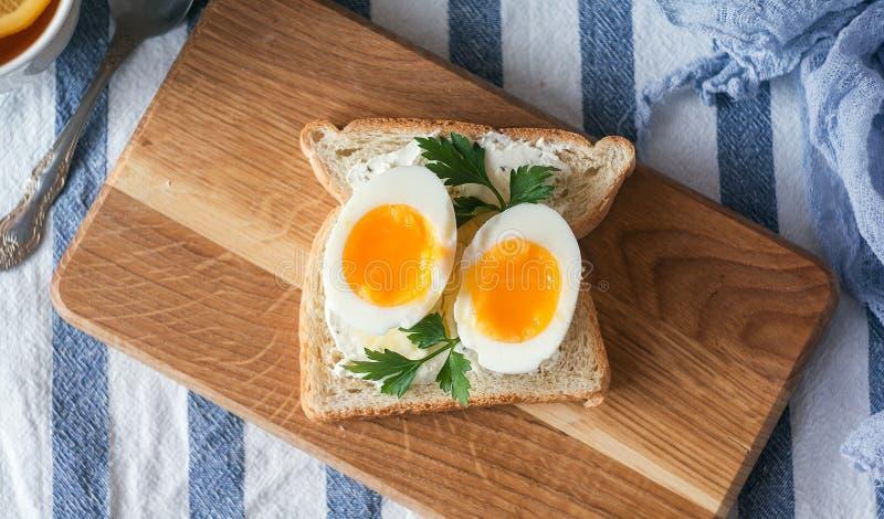 Zachte Gekookte Eieren voor Ontbijt met toost stock afbeeldingen