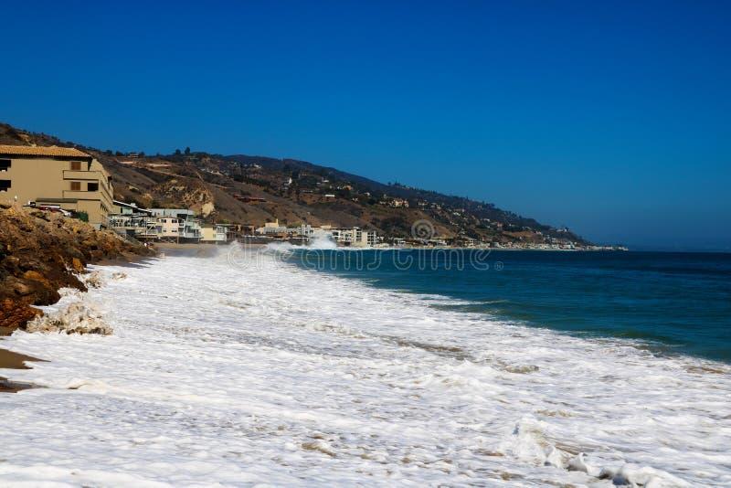 Zachte golf van blauwe oceaan op zandig strand Achtergrond De V.S. stock afbeelding