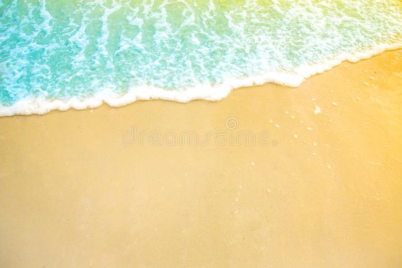 Zachte golf van blauwe oceaan op zandig strand Achtergrond Selectieve nadruk strand en tropisch overzees wit schuim op strand stock foto