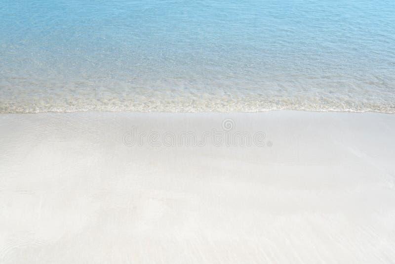 Zachte golf van blauwe oceaan op zandig strand De zomerachtergrond royalty-vrije stock foto