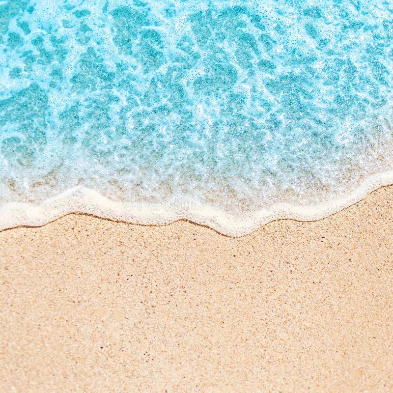 Zachte golf van blauwe oceaan op zandig strand met teksten van exemplaar de ruimtefr stock afbeelding
