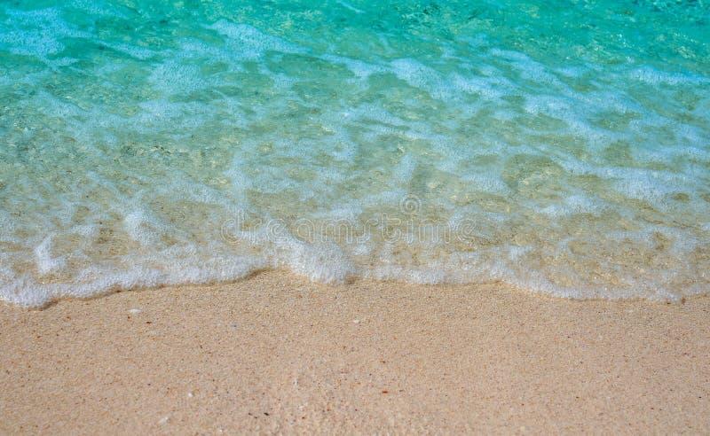 Zachte golf van blauwe oceaan op zandige strandachtergrond met witte golf stock fotografie