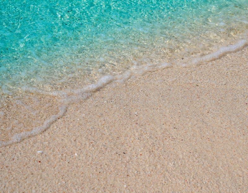 Zachte golf van blauwe oceaan op zandige strandachtergrond met witte golf royalty-vrije stock afbeeldingen