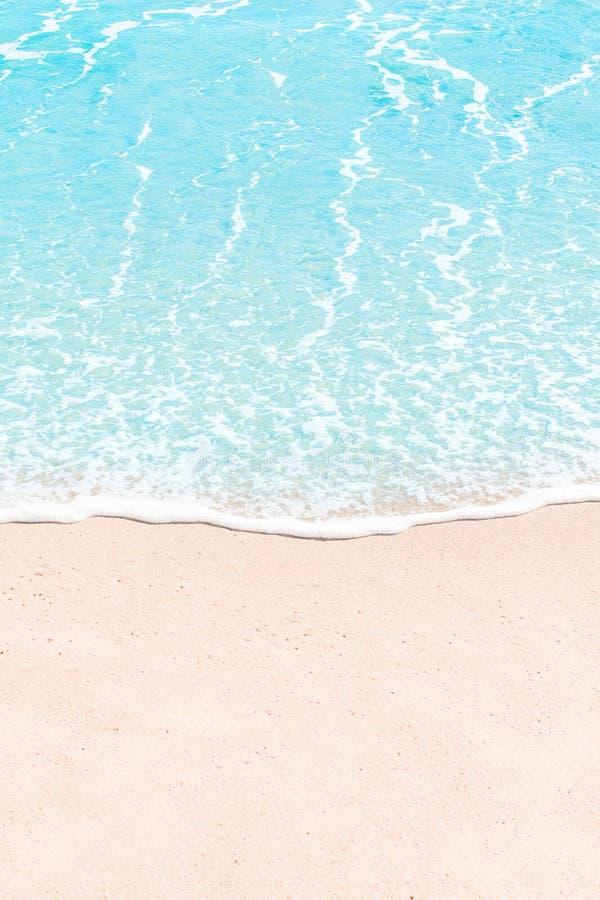 Zachte golf van blauwe overzees op zandig strand De zomerachtergrond Copyspace royalty-vrije stock afbeelding