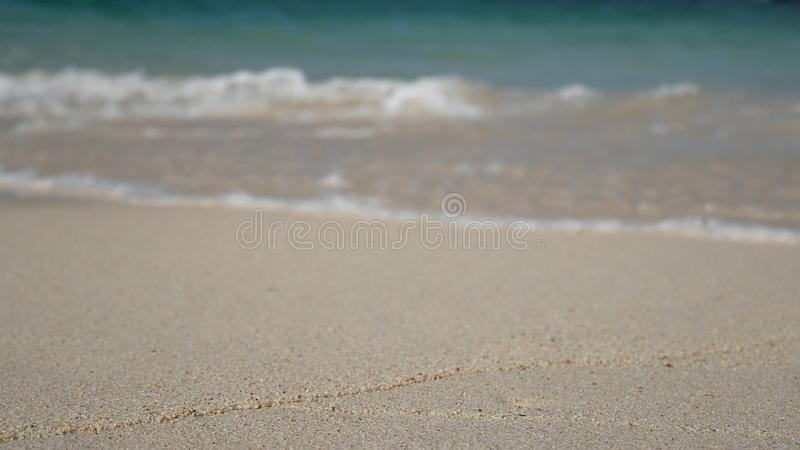 Zachte golf van het blauwe overzees, duidelijk water op het witte zandstrand royalty-vrije stock afbeelding
