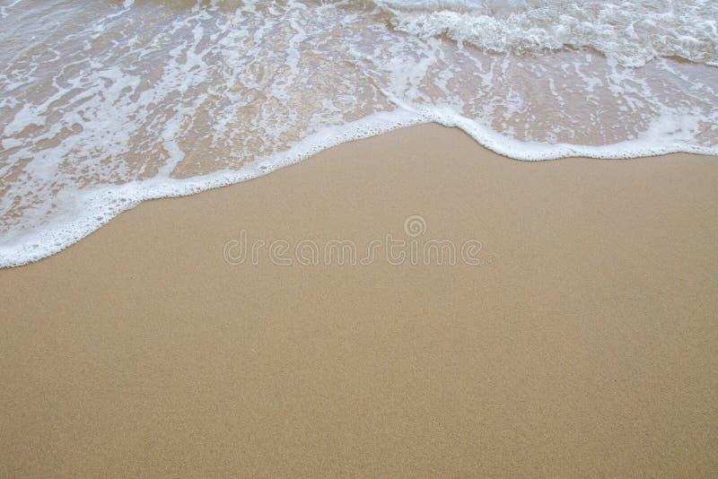 Zachte golf van overzees op het zandstrand stock foto