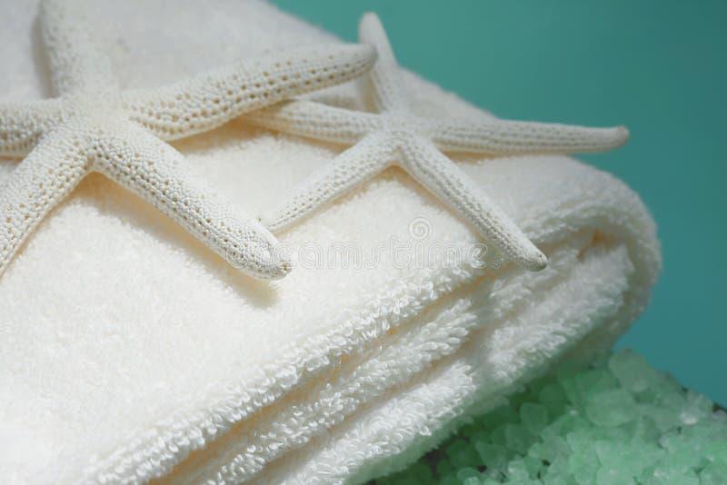 Zachte handdoeken met zeester stock foto's