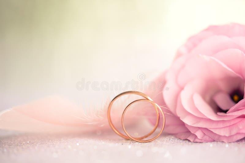 Zachte Huwelijksachtergrond met retro Ringen en Mooie Bloem, royalty-vrije stock afbeelding
