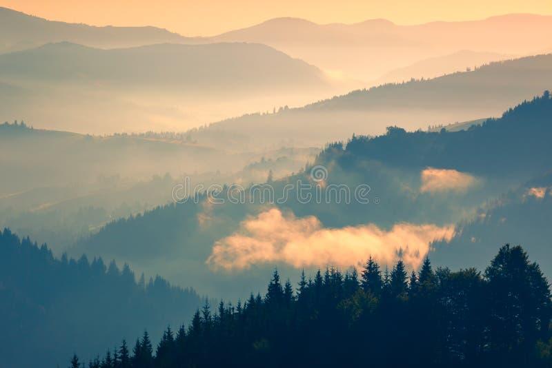 Zachte kleur van de Waaierlandschap van Zonsopgangbergen stock foto's