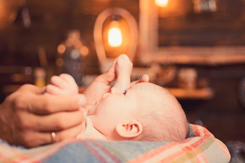 Zachte kus van mama Familie Kinderverzorging De Dag van kinderen Snoepje weinig baby Nieuwe het leven en babygeboorte Klein meisj stock foto's