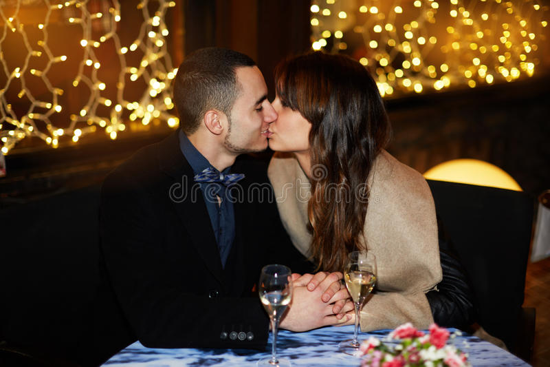 Zachte kus van twee minnaars stock fotografie