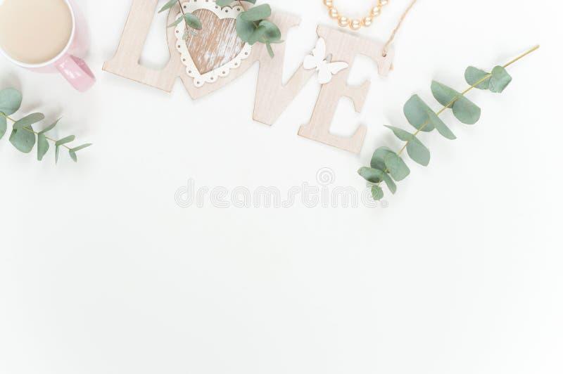 Zachte minimale flatlay met roze ranunculos royalty-vrije stock afbeeldingen