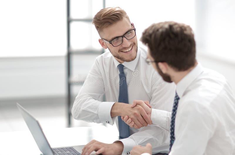Zachte nadruk glimlachende werknemers die handen schudden stock foto's