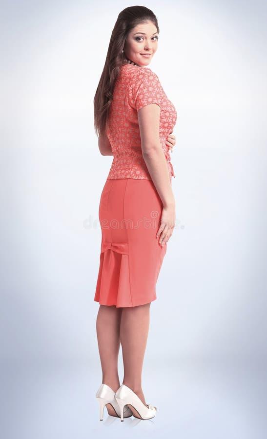 Zachte nadruk modieus vrouwenmodel in rode kleding die camera bekijken royalty-vrije stock afbeeldingen
