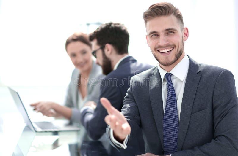 Zachte nadruk Succesvolle zakenman die uit voor een handdruk bereiken royalty-vrije stock afbeeldingen