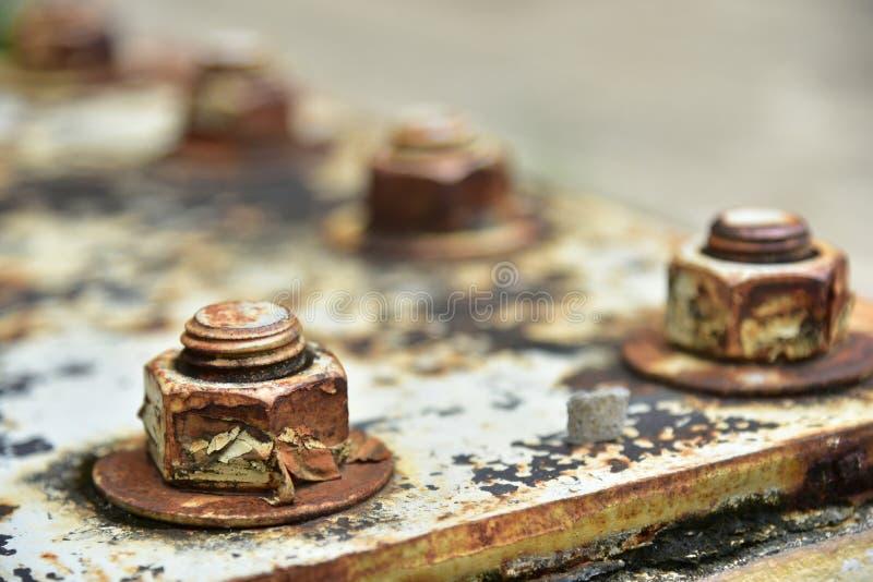 Zachte nadruk van Corrosieve geroeste bout met noot Rusty Old Industria stock afbeeldingen