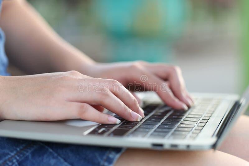 Zachte nadruk van jonge vrouw die van freelancer gebruikend laptop computer in koffiewinkel, Communicatietechnologie en Zaken wer royalty-vrije stock fotografie