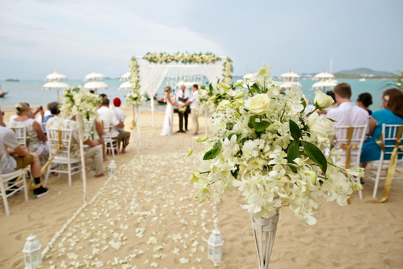 Zachte nadruk van mooie bloemdecoratie in het strandhuwelijk c royalty-vrije stock fotografie