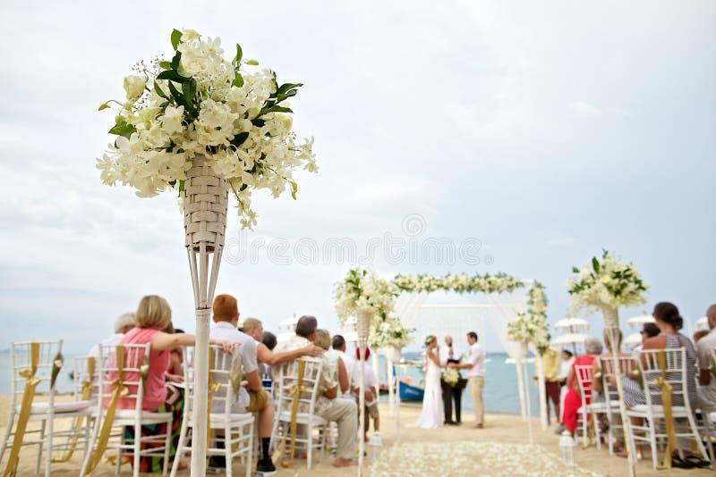 Zachte nadruk van mooie bloemdecoratie in het strandhuwelijk c stock foto