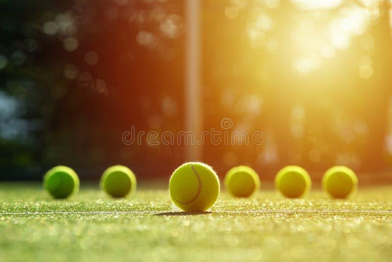 Zachte nadruk van tennisbal op het hof van het tennisgras met zonlicht stock foto's
