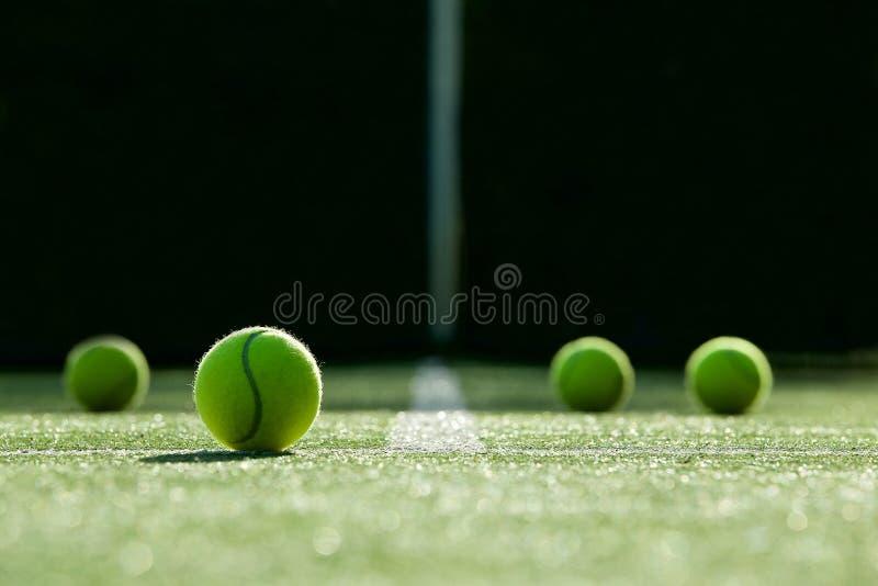 Zachte nadruk van tennisbal op het hof van het tennisgras stock fotografie