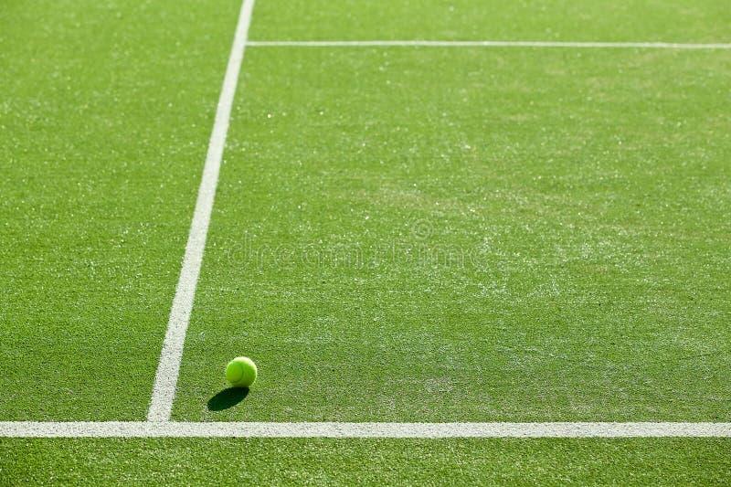 Zachte nadruk van tennisbal op het hofgoed van het tennisgras voor backgro royalty-vrije stock foto's