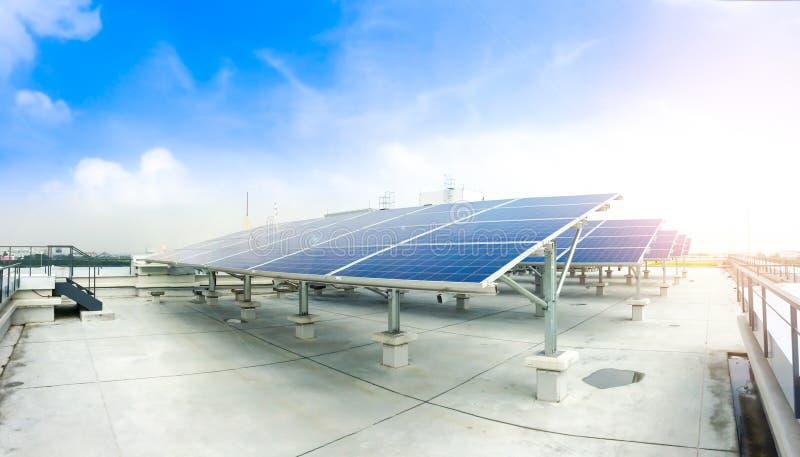Zachte nadruk van Zonnepanelen of Zonnecellen op fabrieksdak of terras met zonlicht, Industrie in Thailand, Azië stock foto's