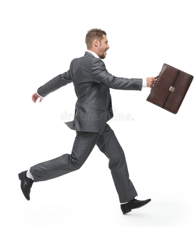 Zachte nadruk vrolijke zakenman die met aktentas vooruit stappen stock fotografie