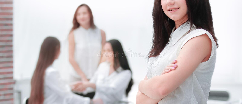 Zachte nadruk zekere jonge vrouw op de achtergrond van het bureau royalty-vrije stock fotografie