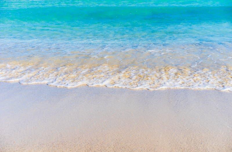 Zachte overzeese golven bij de oever van het zandstrand met duidelijk blauw zeewater royalty-vrije stock fotografie