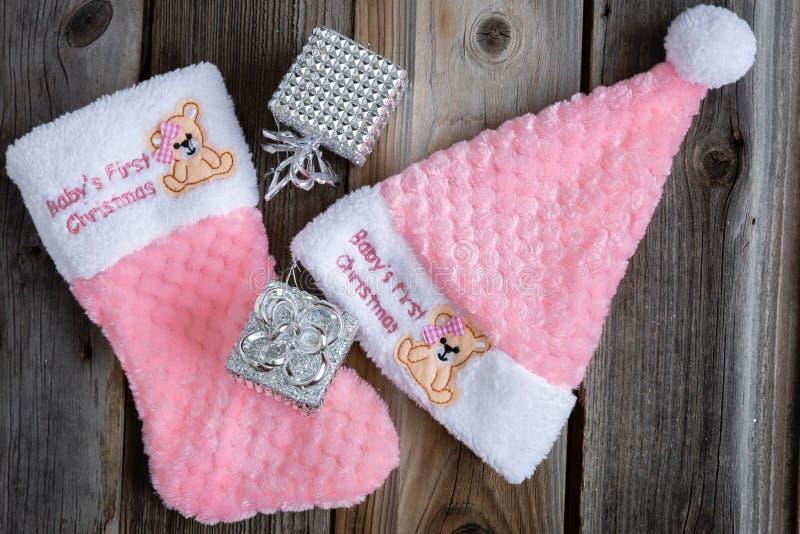 Zachte roze hoed en sok met borduurwerk bij de bovenkant stock foto's