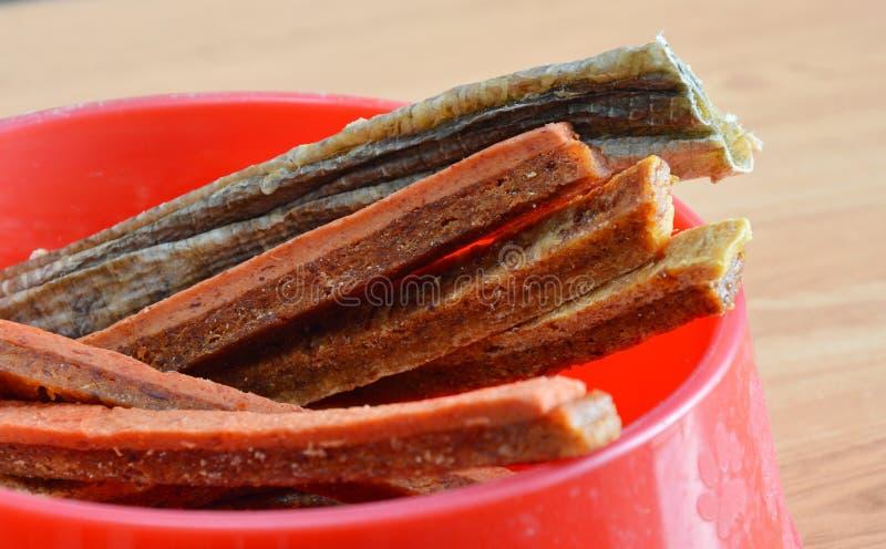Zachte schokkerig van de voedsel voor huisdierenkip op rode kom stock afbeelding