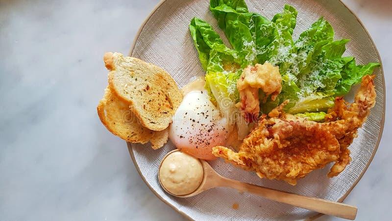 Zachte shell gebraden krab en verse salade stock afbeelding