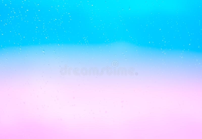 Zachte zonsondergangregendruppels op glazen vensterachtergrond royalty-vrije stock foto