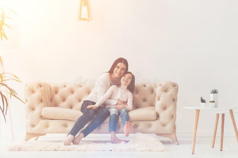 Zachwycająca aktywna rodzina cieszy się ich czas wpólnie obraz royalty free