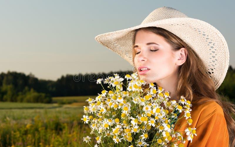 Zachwyt w naturze Portret młoda kobieta z zamkniętymi oczami w kapeluszu obrazy stock