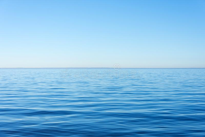 Zaciszność spokoju powierzchnia woda, morze, horyzont i jasny niebo, fotografia royalty free