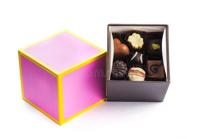 Zacken Sie einen gelben Schokoladenpralinenkasten aus, der bereit ist, als Geschenk angeboten zu werden stockbild