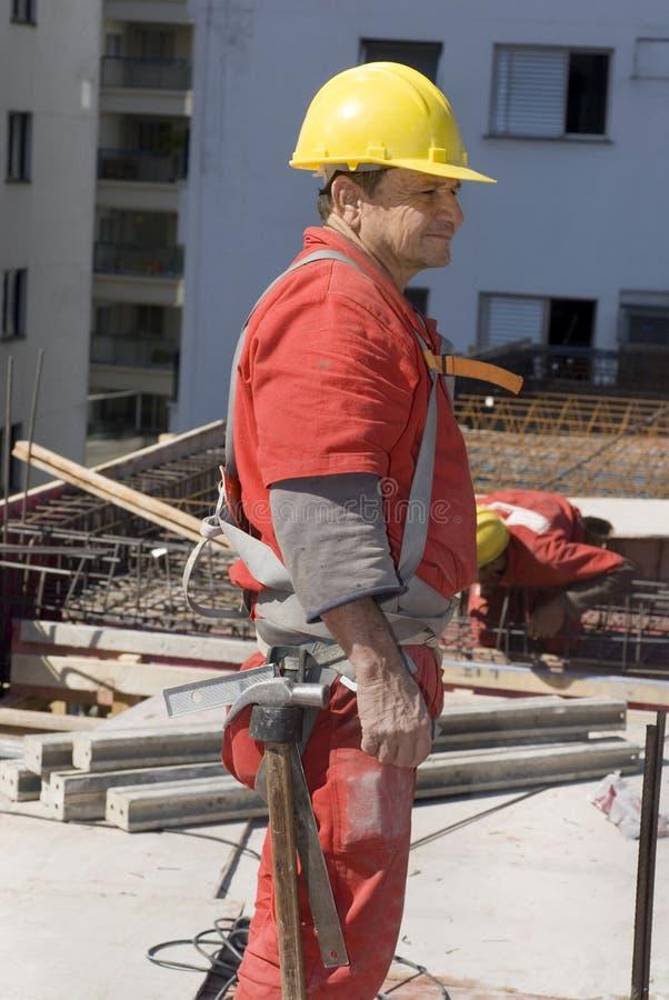 zaczep budowy pionowo nosi pracownika obraz royalty free