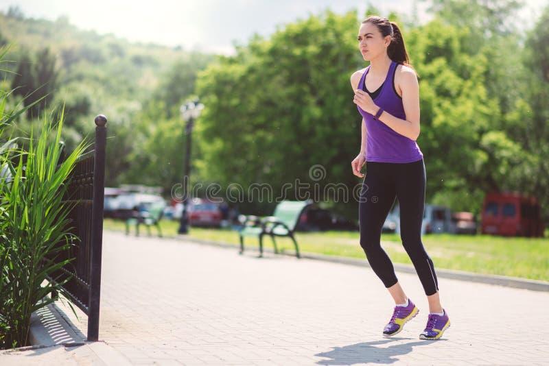 Zaczynać działającej pięknej kobiety w parku sport zdjęcia stock